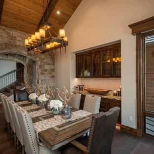 Idéer för rustika matplatser, med vita väggar, mörkt trägolv och brunt golv