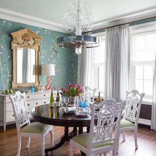 Immagine di una sala da pranzo bohémian di medie dimensioni con parquet scuro, nessun camino, pavimento marrone e pareti multicolore