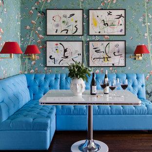 Ispirazione per una sala da pranzo eclettica di medie dimensioni con parquet scuro, pavimento marrone e pareti multicolore