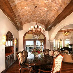 Mediterranes Esszimmer mit beiger Wandfarbe und dunklem Holzboden in Austin