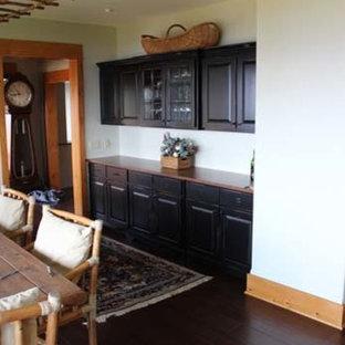 Ejemplo de comedor rústico, de tamaño medio, cerrado, con paredes blancas, suelo de madera oscura y suelo negro