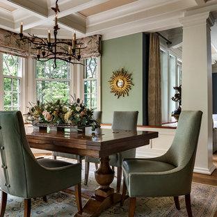 Inspiration för klassiska matplatser, med gröna väggar, mellanmörkt trägolv och brunt golv