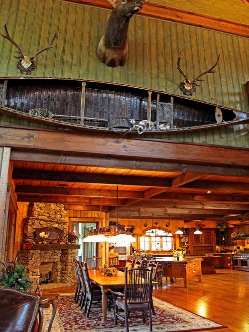 Sala da pranzo aperta verso la cucina in montagna con - Sala da pranzo rustica ...