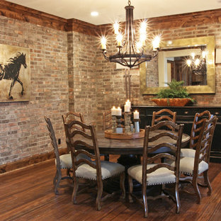 Ispirazione per una sala da pranzo aperta verso il soggiorno stile rurale di medie dimensioni con pareti marroni, parquet scuro, nessun camino e pavimento marrone