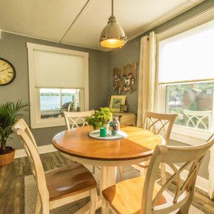 Idee per una piccola sala da pranzo costiera con pavimento in vinile e pavimento grigio