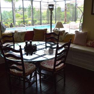 Foto di una sala da pranzo aperta verso la cucina chic di medie dimensioni con pareti gialle, pavimento in vinile e nessun camino