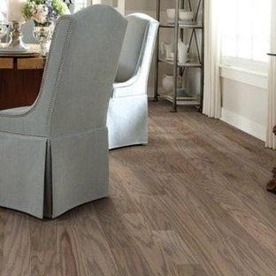 Esempio di una sala da pranzo aperta verso il soggiorno stile marino di medie dimensioni con pareti grigie, pavimento in laminato e pavimento marrone