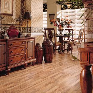 Cette image montre une grand salle à manger ouverte sur le salon asiatique avec un mur beige, sol en stratifié et aucune cheminée.