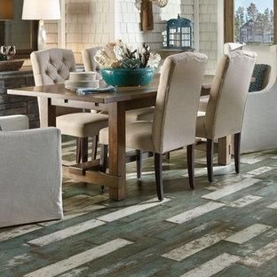 Foto di una sala da pranzo aperta verso la cucina stile marinaro di medie dimensioni con pareti marroni, pavimento in laminato, nessun camino e pavimento multicolore