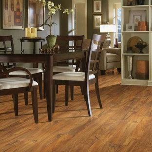 Immagine di una sala da pranzo classica chiusa e di medie dimensioni con pavimento in laminato, nessun camino, pavimento marrone e pareti verdi