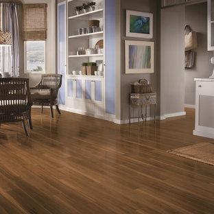 Esempio di una grande sala da pranzo aperta verso la cucina tradizionale con pareti viola, pavimento in laminato, nessun camino e pavimento marrone