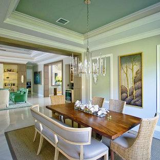 Новый формат декора квартиры: большая отдельная столовая в современном стиле с зелеными стенами, мраморным полом и белым полом