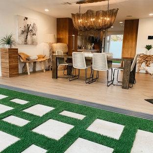 Ispirazione per una grande sala da pranzo aperta verso il soggiorno minimalista con pareti bianche, parquet chiaro, nessun camino e pavimento beige