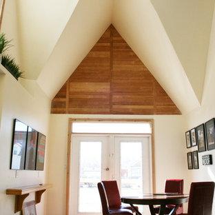 Idee per un'ampia sala da pranzo aperta verso la cucina contemporanea con pareti beige, pavimento in bambù, nessun camino e pavimento marrone