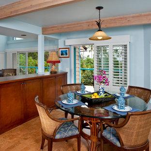 ハワイの中サイズのトロピカルスタイルのおしゃれな独立型ダイニング (青い壁、コルクフローリング、茶色い床) の写真