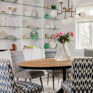 Modelo de comedor de cocina clásico renovado, pequeño, sin chimenea, con paredes rosas, suelo de madera en tonos medios y suelo marrón