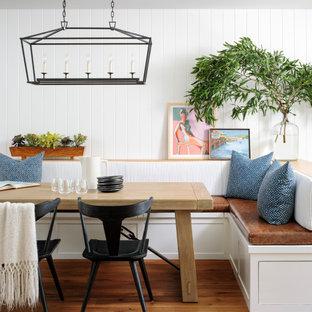 Стильный дизайн: столовая среднего размера в стиле неоклассика (современная классика) с белыми стенами, паркетным полом среднего тона, коричневым полом, с кухонным уголком и стенами из вагонки - последний тренд