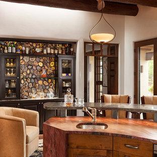 Ejemplo de comedor de cocina de estilo americano, grande, sin chimenea, con paredes blancas y suelo de madera oscura