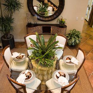 マイアミの中くらいのトロピカルスタイルのおしゃれなダイニング (ベージュの壁、磁器タイルの床、暖炉なし) の写真