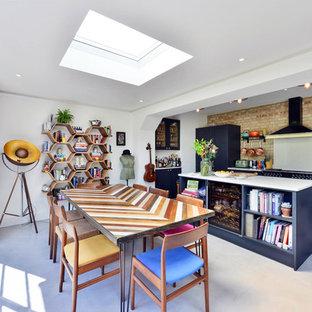 Idee per una grande sala da pranzo aperta verso la cucina eclettica con pareti bianche, pavimento in cemento e pavimento grigio