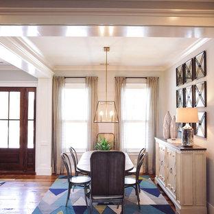 Cette image montre une salle à manger ouverte sur le salon minimaliste de taille moyenne avec un mur blanc, un sol en bois brun et un sol turquoise.