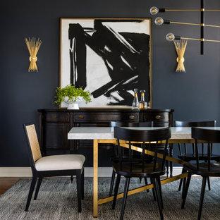 Inspiration för en mellanstor vintage matplats, med svarta väggar, mörkt trägolv och brunt golv