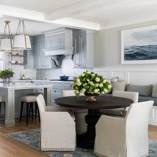 Esempio di una piccola sala da pranzo aperta verso la cucina tradizionale con parquet chiaro, pareti grigie e nessun camino