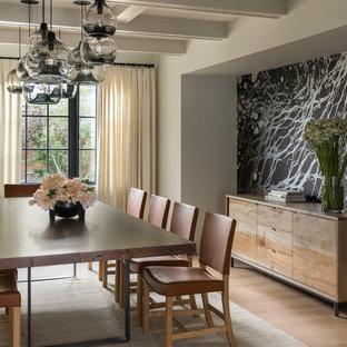 Imagen de comedor clásico renovado, de tamaño medio, cerrado, sin chimenea, con paredes beige, suelo de madera clara y suelo beige