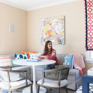 Maritim inredning av ett mellanstort kök med matplats, med beige väggar