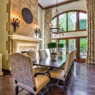 Inredning av en medelhavsstil stor separat matplats, med beige väggar, mörkt trägolv, en standard öppen spis, en spiselkrans i trä och brunt golv