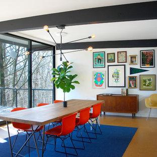 Cette photo montre une salle à manger rétro de taille moyenne avec un mur blanc, un sol en liège et un sol marron.