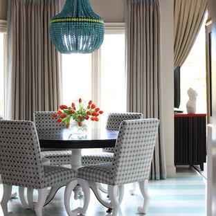 Cette photo montre une salle à manger ouverte sur la cuisine tendance de taille moyenne avec un sol en bois peint et un sol multicolore.