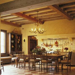 Foto di una sala da pranzo aperta verso la cucina chic