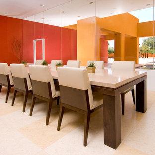 Exemple d'une très grand salle à manger ouverte sur la cuisine tendance avec un mur rouge, un sol en calcaire et un sol beige.