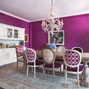 Immagine di una sala da pranzo boho chic di medie dimensioni con pareti viola e pavimento nero