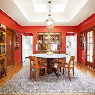 Diseño de comedor de cocina tradicional, grande, con suelo de madera en tonos medios, paredes rojas y suelo marrón