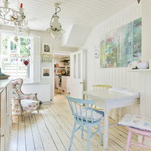 Ejemplo de comedor romántico, pequeño, cerrado, con suelo de madera pintada, suelo blanco y paredes blancas