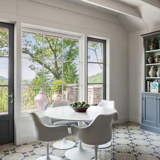 Foto di una sala da pranzo aperta verso la cucina moderna di medie dimensioni con pareti bianche, nessun camino, pavimento in legno verniciato e pavimento multicolore