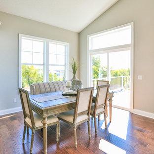 Immagine di una sala da pranzo aperta verso il soggiorno design di medie dimensioni con pareti grigie e pavimento in legno massello medio