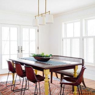 Immagine di una sala da pranzo aperta verso il soggiorno stile americano di medie dimensioni con pareti bianche, pavimento in legno massello medio, nessun camino e pavimento marrone