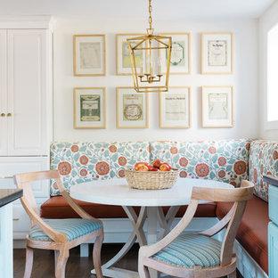 Idee per una sala da pranzo aperta verso la cucina chic di medie dimensioni con pareti bianche, parquet scuro, nessun camino e pavimento marrone