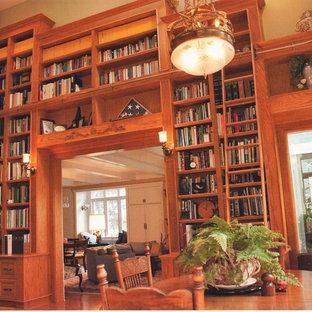 Imagen de comedor clásico renovado, de tamaño medio, sin chimenea, con paredes beige, suelo de madera en tonos medios y suelo marrón