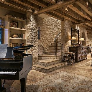 Неиссякаемый источник вдохновения для домашнего уюта: большая кухня-столовая в стиле рустика с бежевыми стенами, полом из терракотовой плитки и фасадом камина из камня без камина