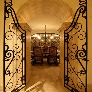 Esempio di una grande sala da pranzo mediterranea chiusa con pareti beige, pavimento in linoleum e nessun camino