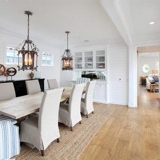 Modelo de comedor rural con paredes blancas, suelo de madera en tonos medios y suelo beige