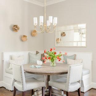 Inspiration pour une salle à manger traditionnelle avec une banquette d'angle, un mur gris, un sol en bois brun, aucune cheminée et un sol marron.
