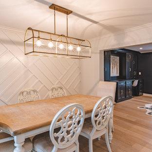 Foto på ett mellanstort lantligt kök med matplats, med grå väggar, ljust trägolv och beiget golv