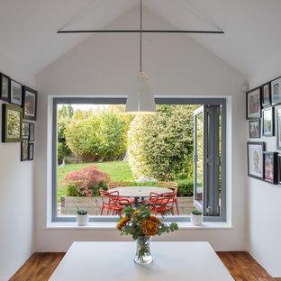 Свежая идея для дизайна: маленькая столовая в современном стиле с полом из керамической плитки, серым полом и белыми стенами - отличное фото интерьера