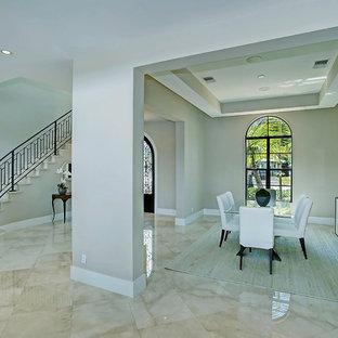 Modelo de comedor mediterráneo, grande, abierto, sin chimenea, con paredes beige, suelo de mármol y suelo beige