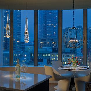 Immagine di una sala da pranzo aperta verso la cucina moderna di medie dimensioni con pareti beige